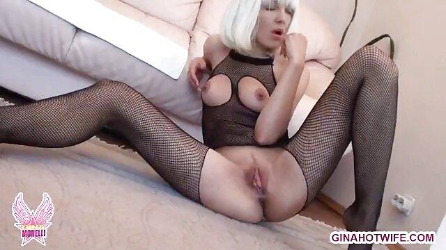 O canalizador fode clientes nus na vídeo pornô com mulher loira casa de banho.