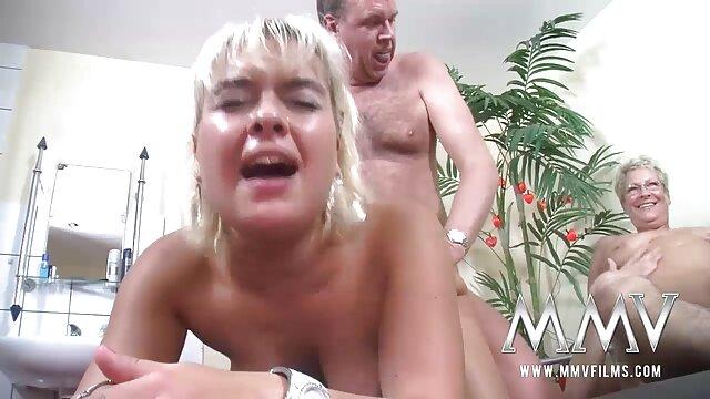 Uma miúda porno brasileira gostosa gira fode-se com dedos e vibrador de silicone.