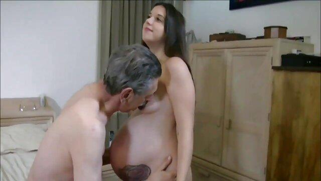 Colegas de quarto a foder na video de sexo peitudas varanda à noite