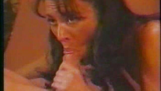 A loira russa tira as cuecas brancas porno com brasileira gostosa e mija no parque.