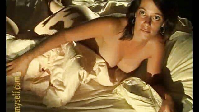 A modelo pornográfica ruiva masturba-se com a rata vídeo pornô das loiras mais gostosas Rapada
