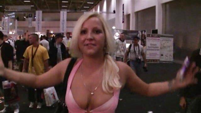 A loira grávida trai o marido vídeo pornô chupando gostoso com um homem negro.