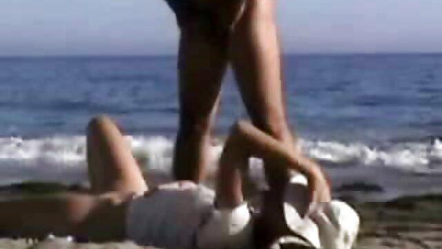 A bela loira apanha o seu vidios pornos com negras homem a espiá - la enquanto lhe corta o cabelo