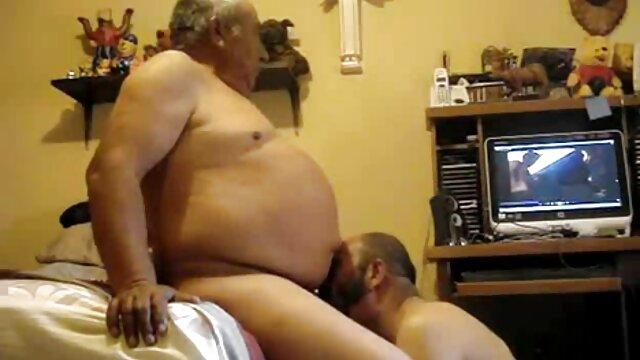 Um Parceiro de negócios bêbado vídeo pornô brasileiro mulher transando na mesa da cozinha.