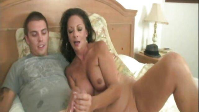 O treinador de negócios russo gentilmente fode-se vídeo pornô com novinha transando no cu depois da aula
