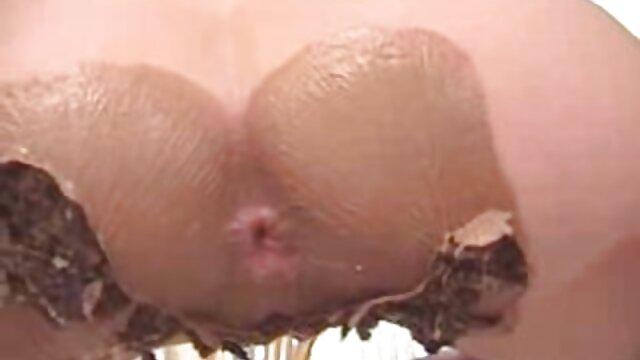 A força russa Guisha fodeu o rabo porno com novinha hd por trás.
