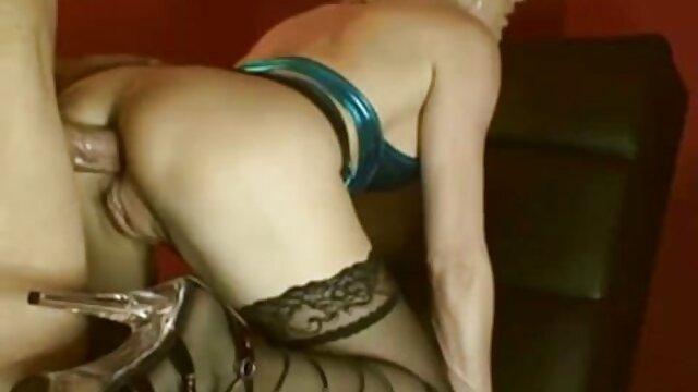 A amante russa vídeo pornô de duas mulheres se chupando fode a Tatka em frente a uma boneca Vladivostok.
