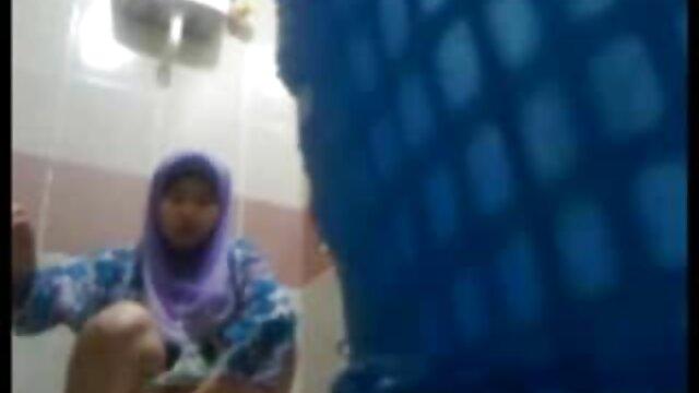 a mulher sedutora mostra o marido sexo oral louco na vídeo pornográfico das morenas casa de banho-mais em slurpjp com