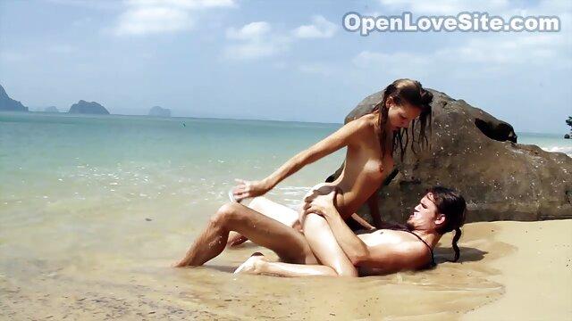 Soldado vídeo pornô de mulher gostosa brasileira fodido estilo cão com amante sob o som da TV