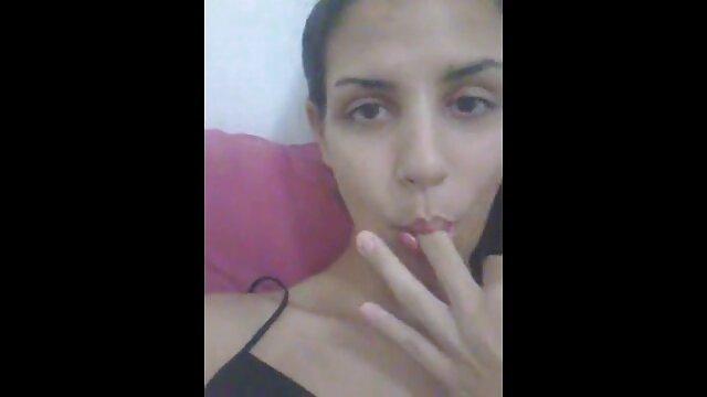 Uma secretária vídeo pornô com meninas gostosas muito atrevida adora pilas no rabo.