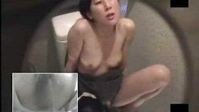 A porno com mulheres gostosas estudante russa tem uma pila gorda no rabo.