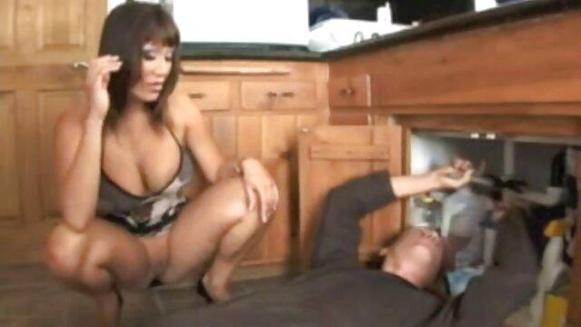 Mulher jovem mulher mulher mulher a apertar a quero ver vídeo de pornô metendo mão ao marido