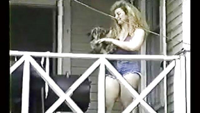 Um MFF irritado num Ménage porno mulheres rebolando à trois com a Alexis Crystal.
