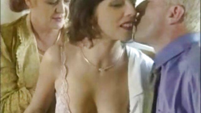 Uma menina video de sexo mulher gemendo muito grávida com Mamas pequenas masturba-se com um vibrador de ervilha apertada.