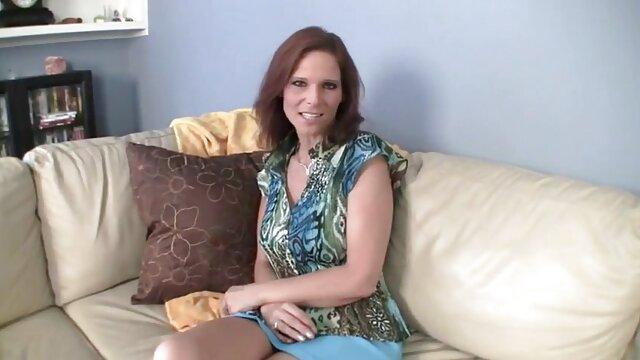A loira russa Jessie Gold senta-se porno mulher carioca na cara da sua escrava.