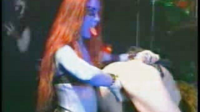 Lésbicas russas a beijarem-se vídeo de pornô com mulher nua na casa de Banho Das Mulheres