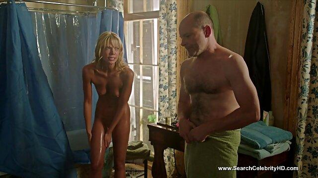 A puta russa rende-se na cona de duas pick-ups vídeo pornô brasileiro comendo num restaurante de sanita.