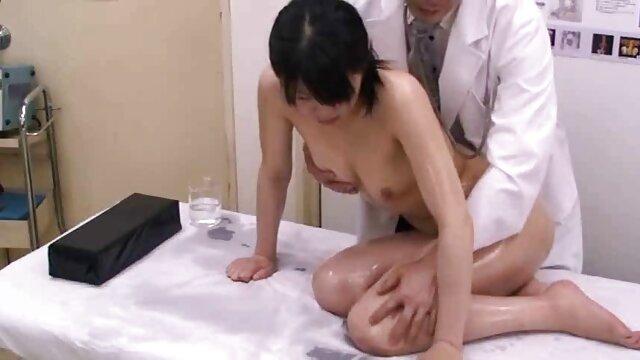 A sedutora jovem vadia Kim vídeo pornô com a mulher mais gostosa do mundo Kennedy fá-lo mudar de mulher.
