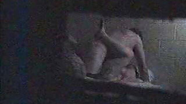 O modelo pornográfico gostosas do pornor Chupa pilas à frente do espelho.