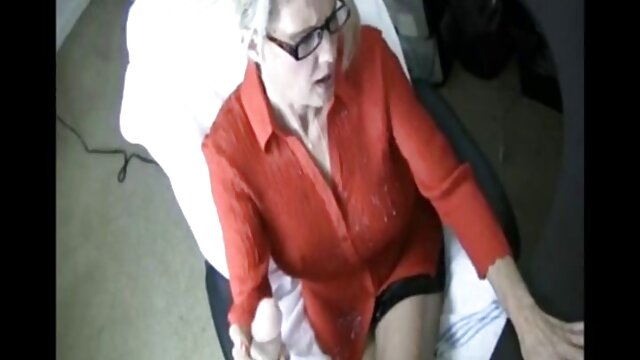 O passageiro ruivo chupou vídeo pornô da mulher mais gostosa do mundo o taxista no carro.