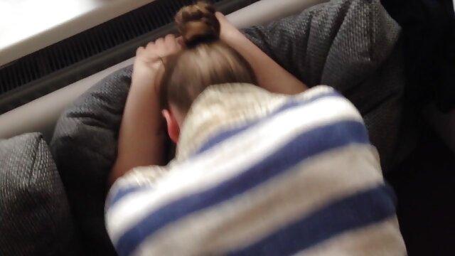 Uma mulher grávida video porno morenas rabudas de barriga grande masturba-se na casa de banho.