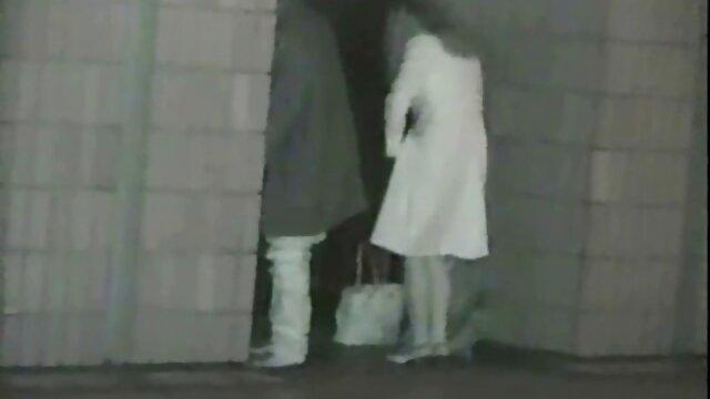 A miúda russa rendeu-se a uma carrinha num vídeo pornô comendo a cunhada parque da cidade.