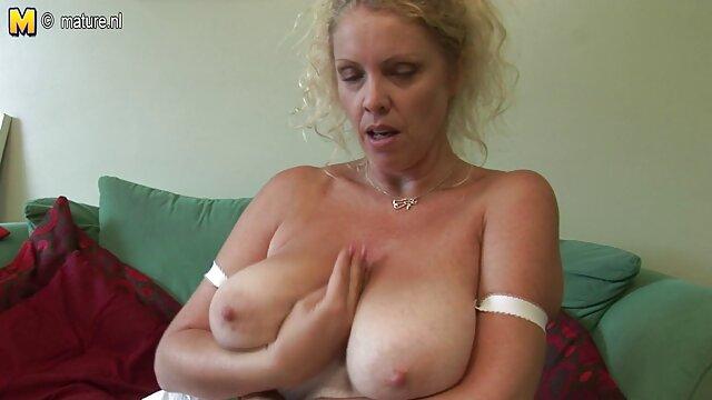 A rapariga bonita vídeo de pornô morena gostosa quer uma massagem suja.