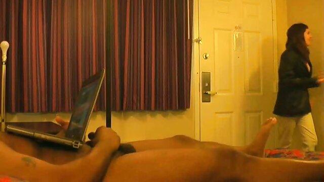 a mãe profissional ensina a adolescente a foder. vídeo pornô mulher loira gostosa