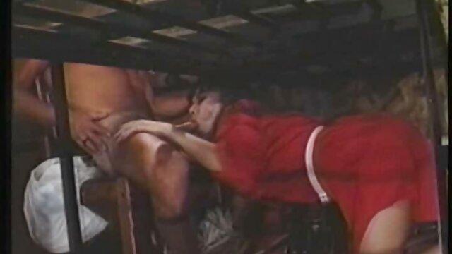 Sexo vídeo de pornô mulher trepando de casal e amigo no fundo do tapete