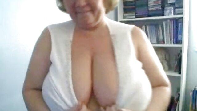 Mijando Lésbicas Delphine e Nicole estão inundadas de vídeo de pornô a mulher pelada água enquanto urinam, divertindo-se